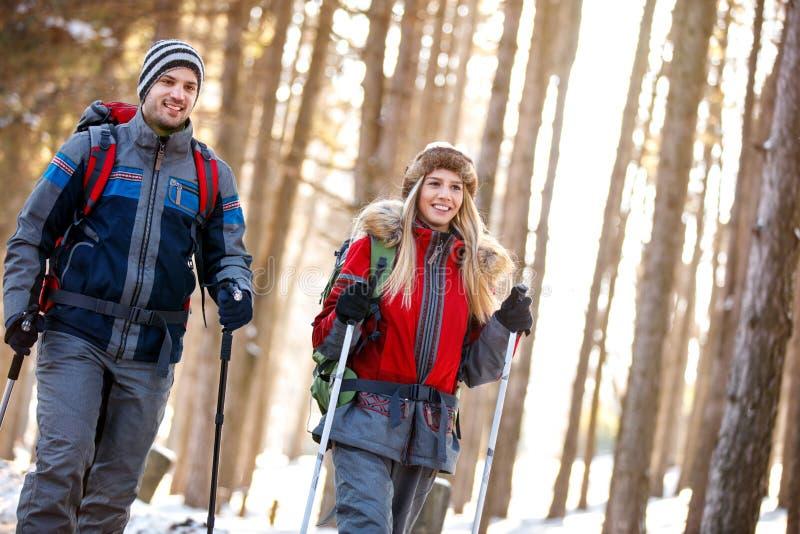 Fotvandrarepar på vinterferie på berget royaltyfri fotografi