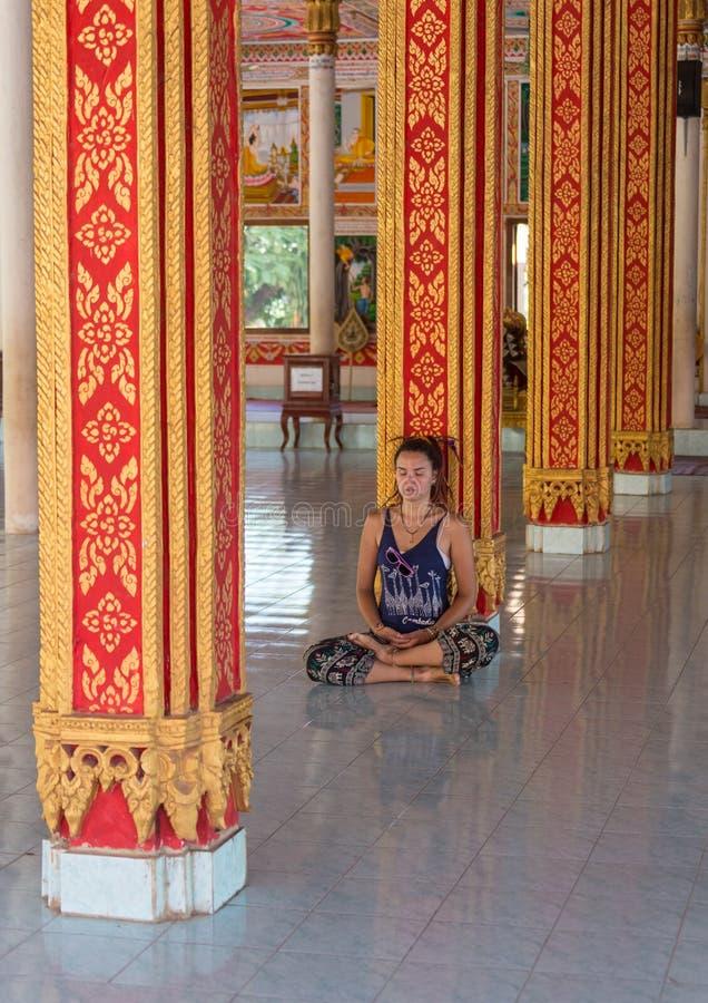 Fotvandrareresande med ryggsäcken och blickar på buddistiska stupas myanmar arkivfoto