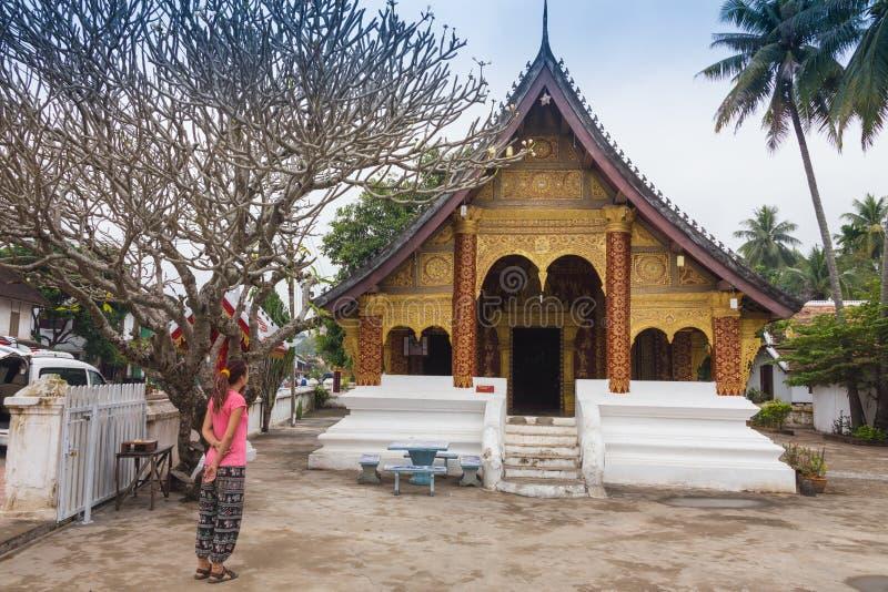 Fotvandrareresande med ryggsäcken och blickar på buddistiska stupas myanmar arkivbilder