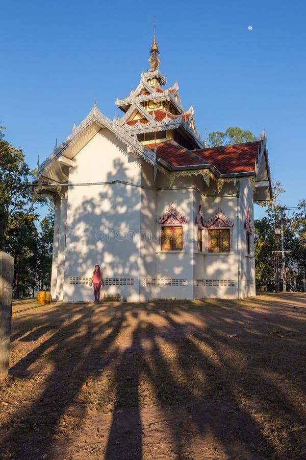 Fotvandrareresande med ryggsäcken och blickar på buddistiska stupas myanmar arkivfoton