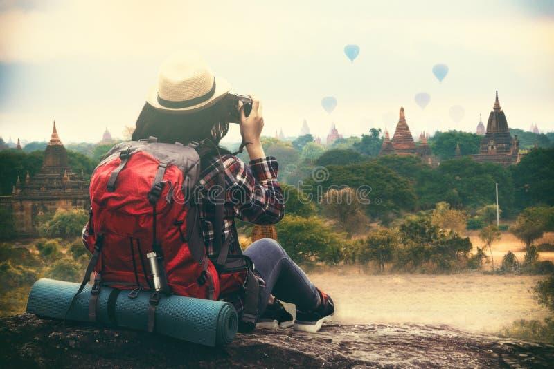 Fotvandringkvinnahandelsresande och fotografera i Bagan Mandalay arkivbilder