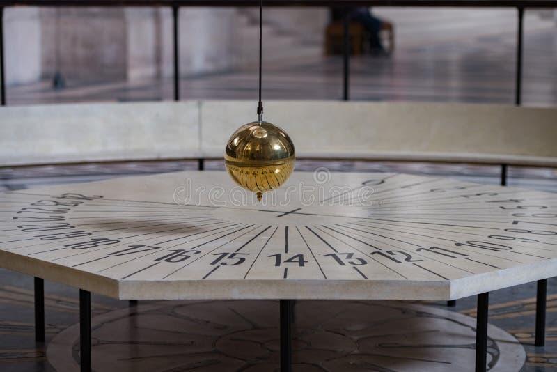 Foucault klockpendel inom den Paris panteon royaltyfria foton