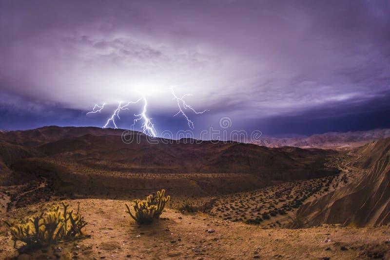 Foudre épique et orage dans le désert de la Californie du sud photographie stock libre de droits