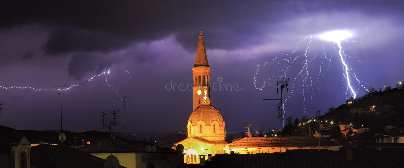 Foudre au-dessus de l'Italie alba et nordique. photos stock
