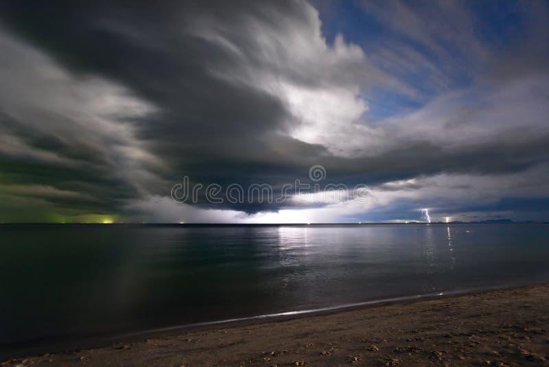 Foudre au-dessus de la mer image stock