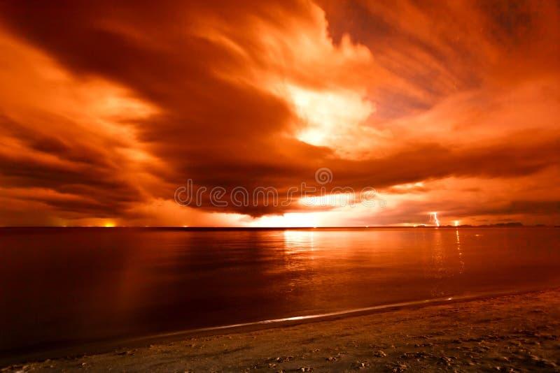 Foudre au-dessus de la mer photos libres de droits