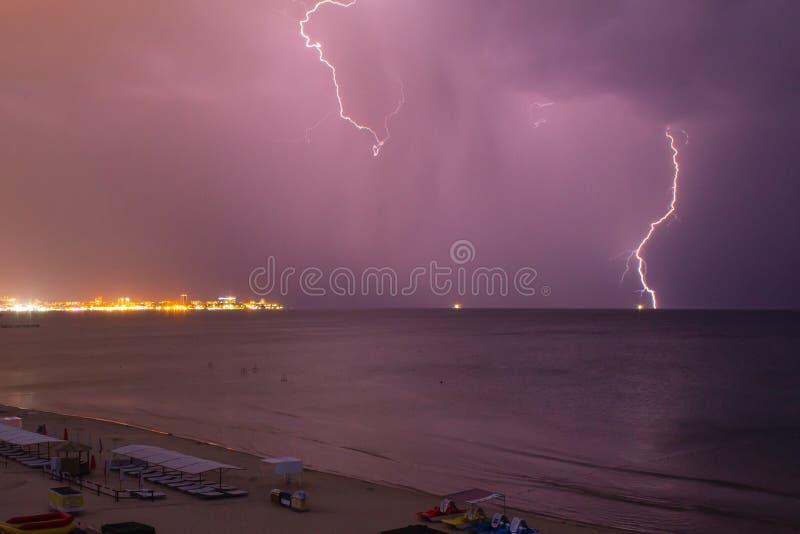Foudre au-dessus de la mer avant la tempête photos stock