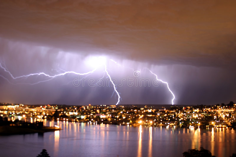 Foudre au-dessus de Seattle photographie stock