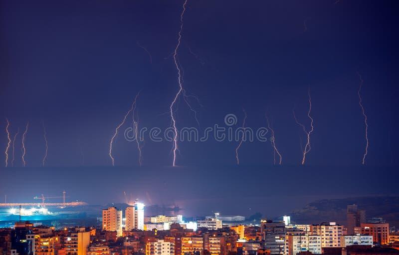 Foudre dans la ville de nuit images libres de droits