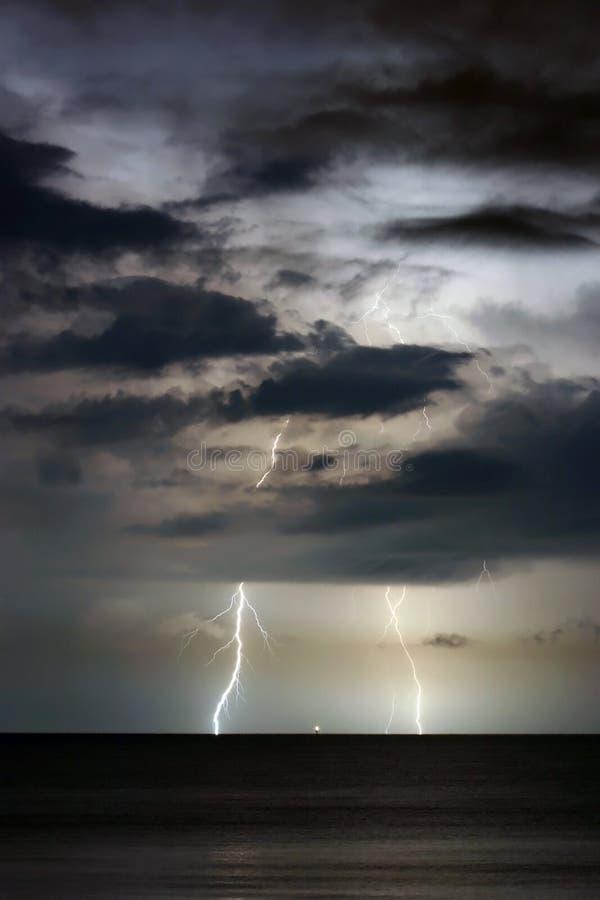 Foudre dans le ciel photographie stock libre de droits