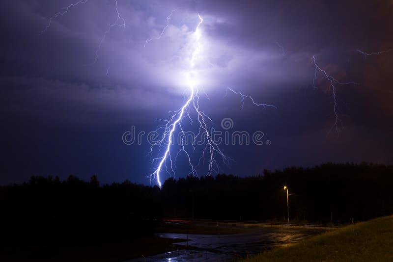 Foudre dans le ciel photographie stock