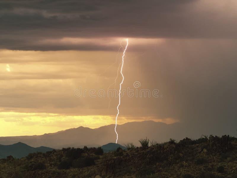 Foudre dans le ciel Décharges électriques dans le ciel image stock