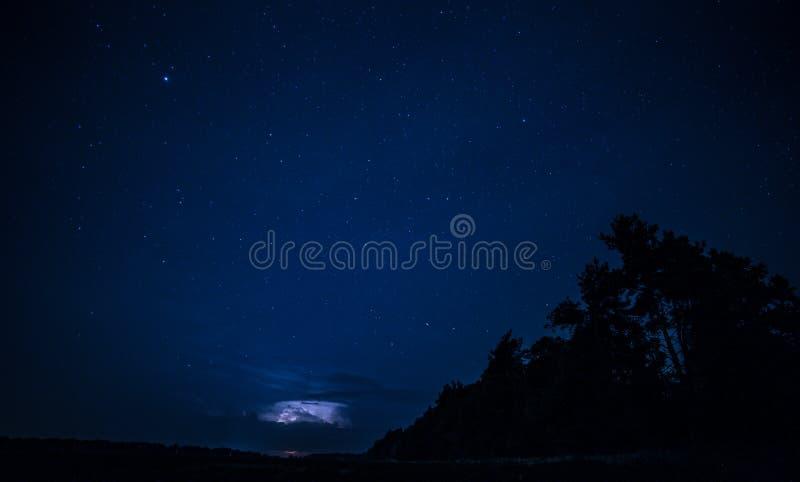 Foudre dans le ciel de nuit images libres de droits
