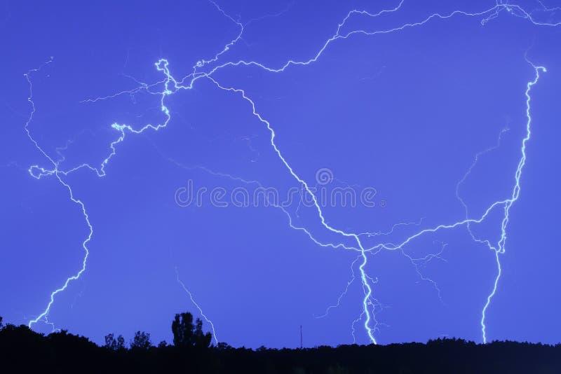 Foudre dans le ciel de pluie photographie stock