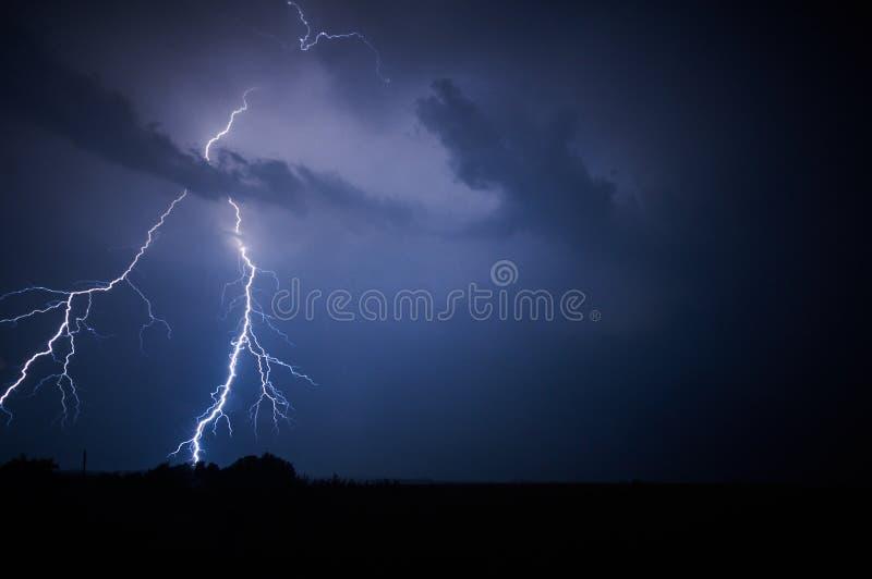 Foudre dans un ciel orageux photo stock