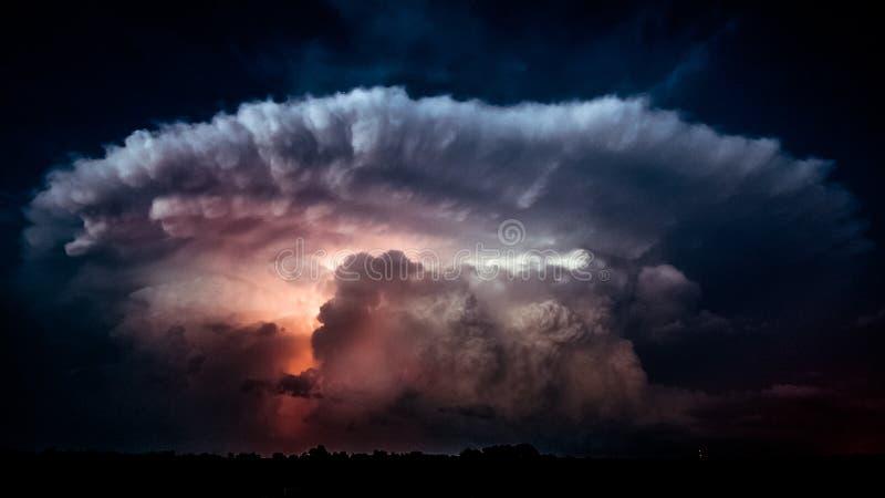 Foudre dans un nuage de tempête images libres de droits