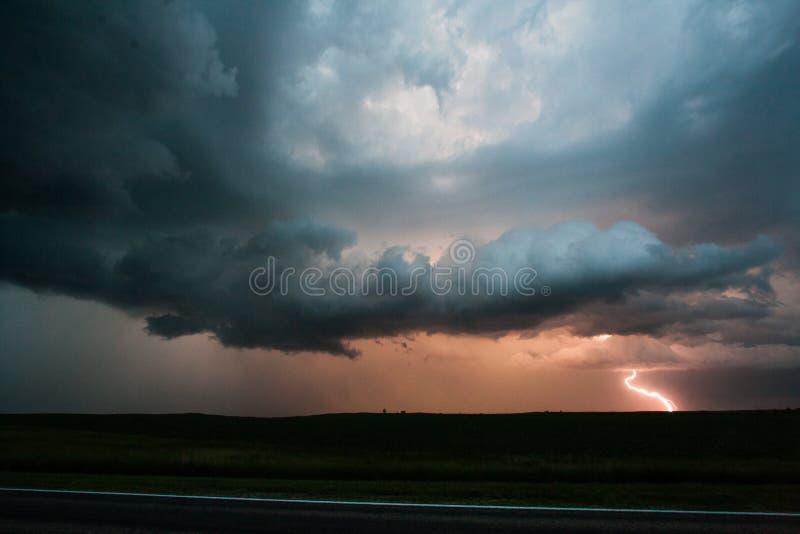 Foudre dans une tempête la nuit images stock