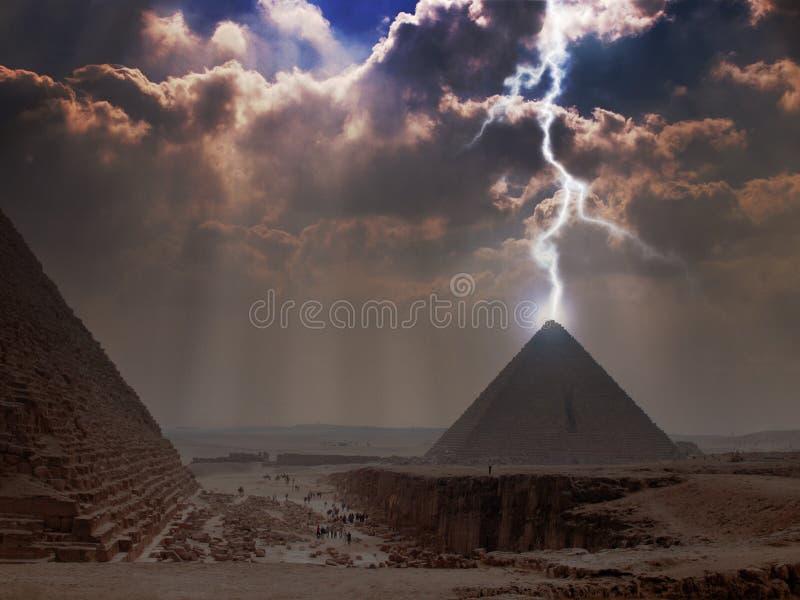 Foudre de pyramide photographie stock libre de droits