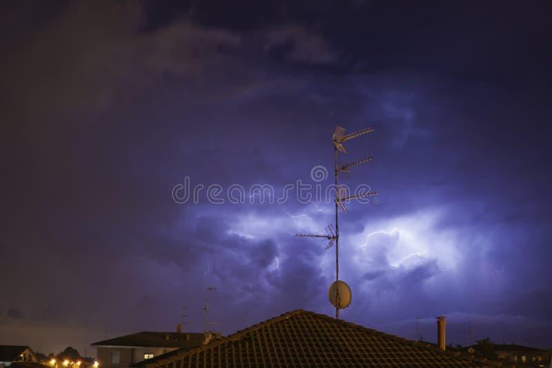 Foudre en nuages de tempête foncés image stock
