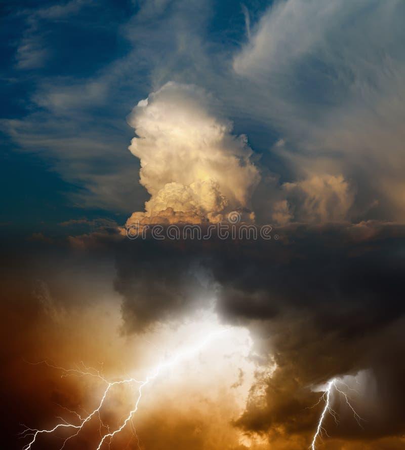 Foudre lumineuse en ciel orageux foncé, concept de prévisions météorologiques photos stock