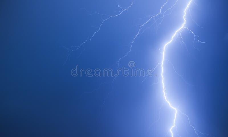 Foudre lumineuse sur un ciel nocturne bleu-foncé photos libres de droits