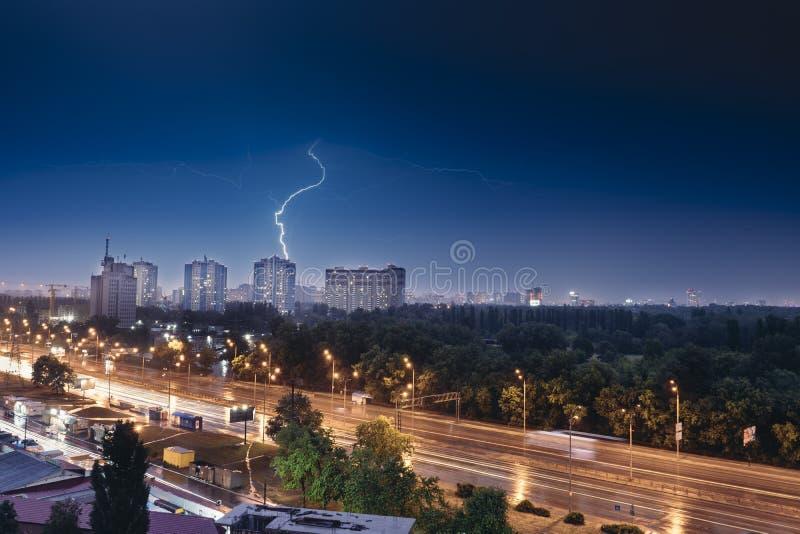 Foudre sur un ciel bleu-foncé au-dessus de la ville images stock