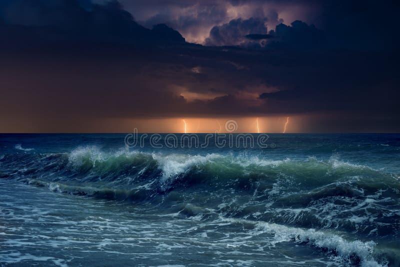 Foudres énormes en ciel orageux foncé au-dessus de mer de ondulation images libres de droits