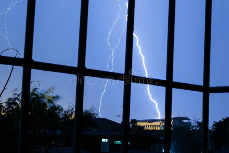 Foudres en ciel orageux image libre de droits