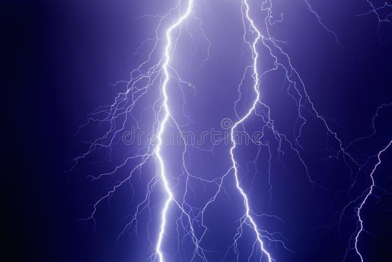 Foudres en ciel orageux foncé photos libres de droits