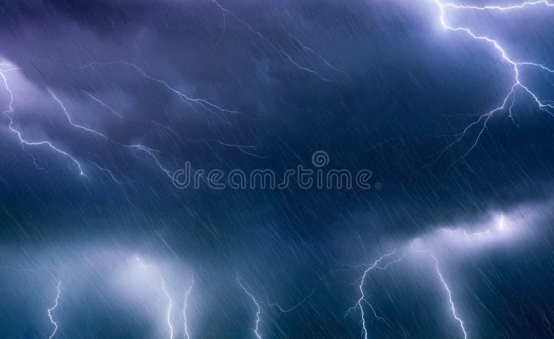 Foudres et pluie puissantes en ciel orageux foncé, forecas de temps photos libres de droits