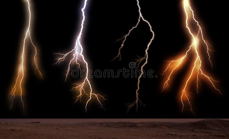 Foudres heurtant vers la terre Foudres pendant un orage sur un coucher du soleil image stock