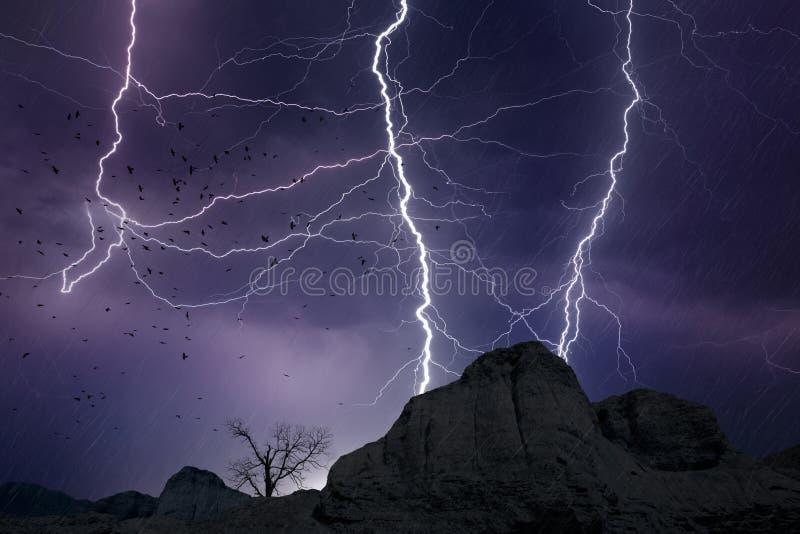 Foudres puissantes en ciel orageux foncé photographie stock libre de droits