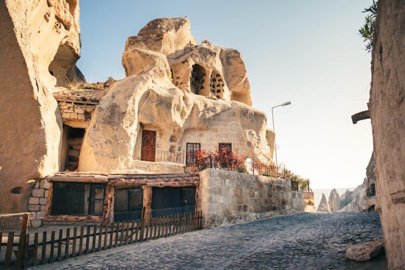 Foudroyez le village de Goreme de maisons avec dans Cappadocia, Turquie photographie stock