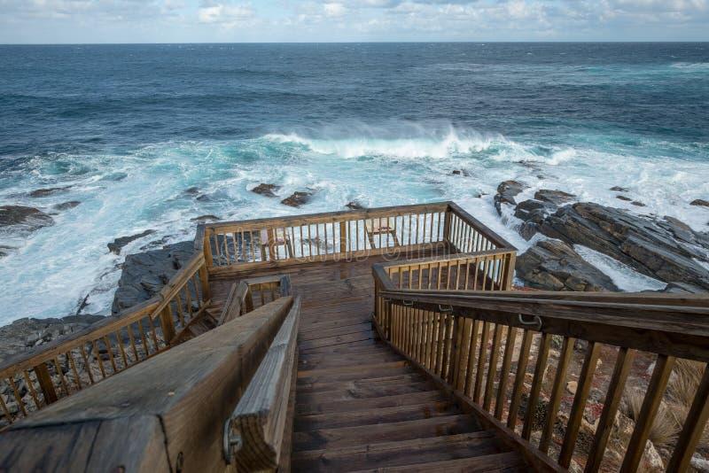 Fouets de vent vers le haut du ressac Cap Couedic, île de kangourou, Australie photographie stock libre de droits