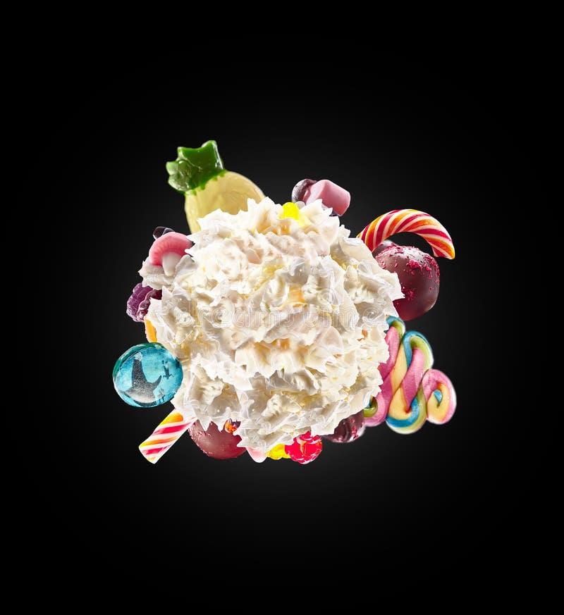 Fouetté autour de la crème avec les bonbons, la gelée colorée et les sucreries d'isolement Concept doux de la vie Dessert doux -  illustration de vecteur