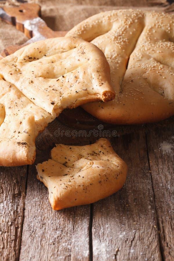 Fougasse franskbröd med closeupen för sesamfrö och ört Verti arkivfoton