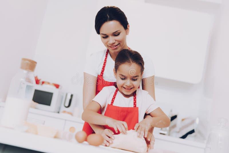 Fough机智面粉在厨房里 女孩的好日子 免版税库存照片