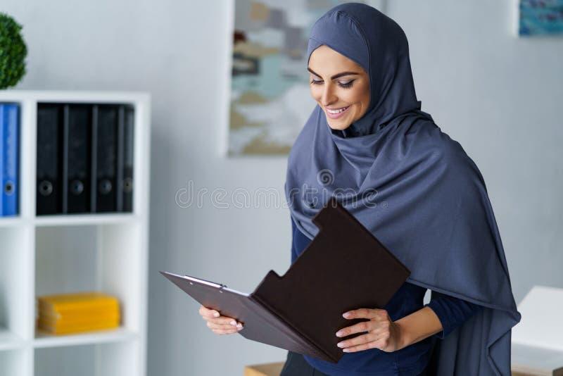 Foulard d'uso della bella donna araba fotografie stock libere da diritti
