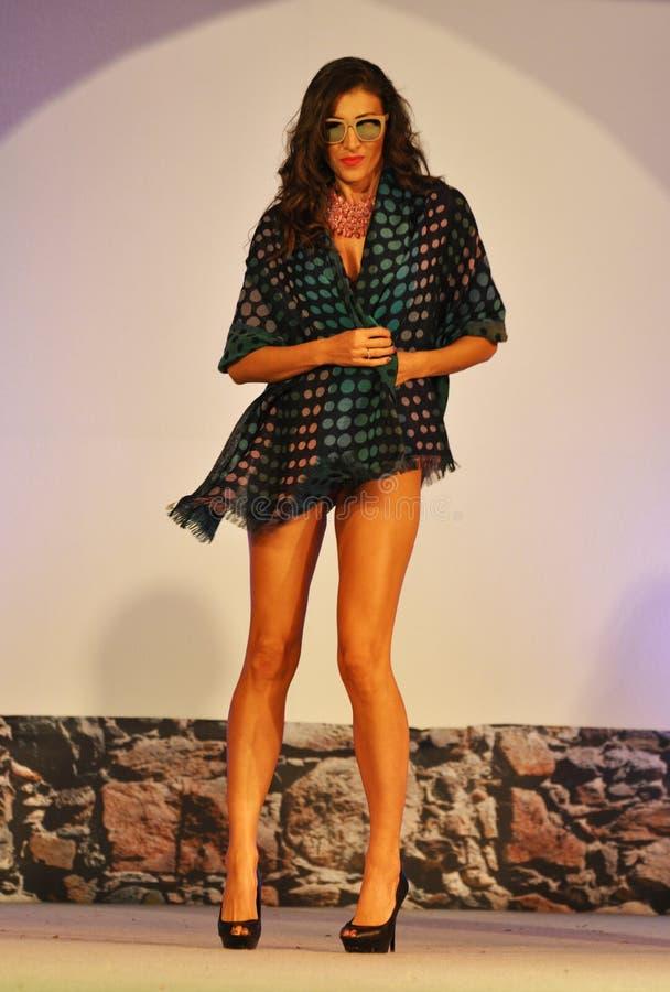 Foulard vestindo da mulher no desfile de moda imagem de stock