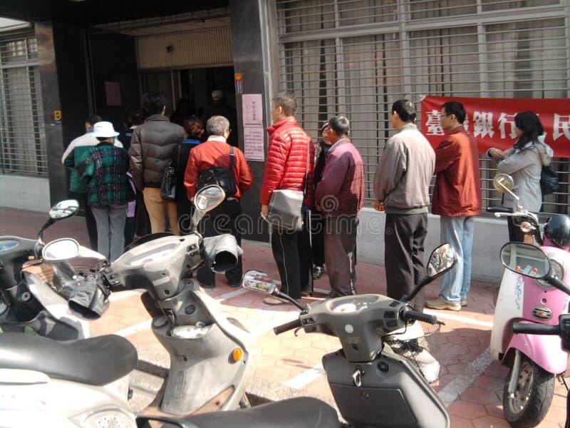 Foule alignée à la banque de Taïwan photo stock