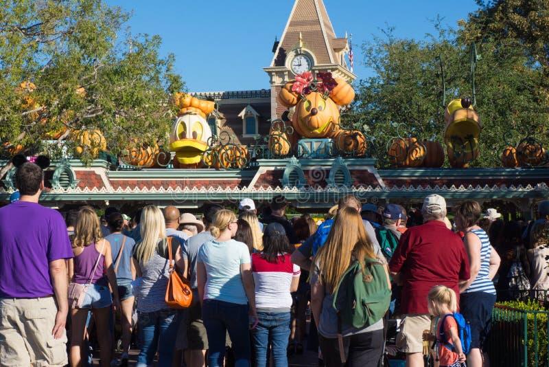 Foule au thème de Halloween d'entrée de Disneyland photos libres de droits