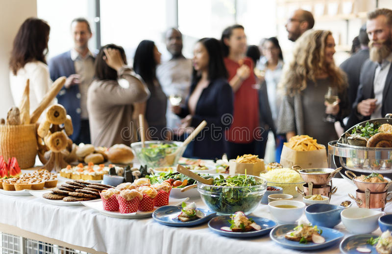 Foule bien choisie de brunch dinant des options de nourriture mangeant le concept photo stock