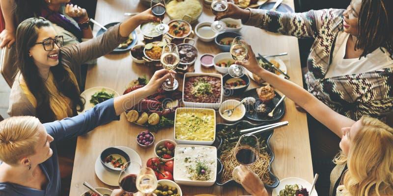 Foule bien choisie de brunch dinant des options de nourriture mangeant le concept images libres de droits