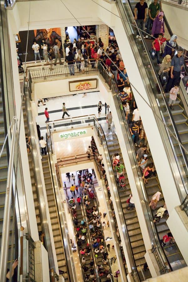 Foule d'achats sur l'escalator photos libres de droits