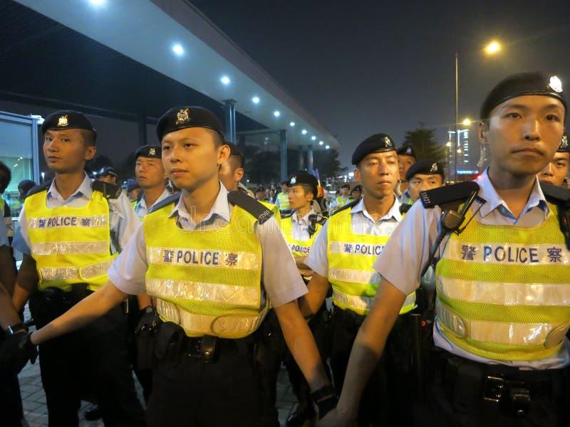 Foule d'obstacle de policiers à une protestation photographie stock