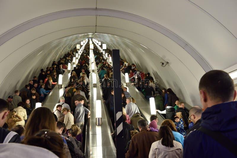Foule dans le souterrain de St Petersburg en Victory Day images libres de droits