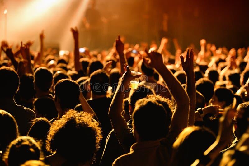 Foule dans un concert à l'étape de clinquant photo libre de droits
