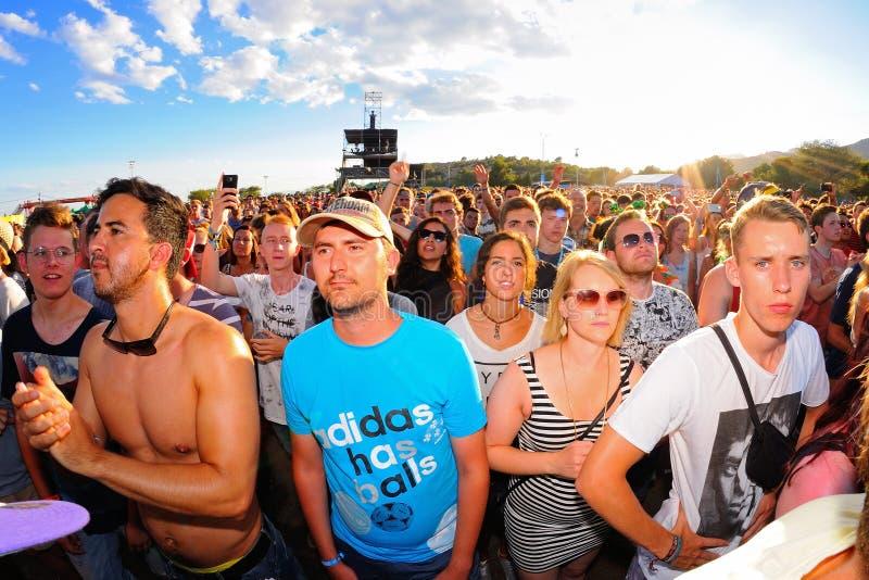 Foule dans un concert au festival de BOBARD photos stock