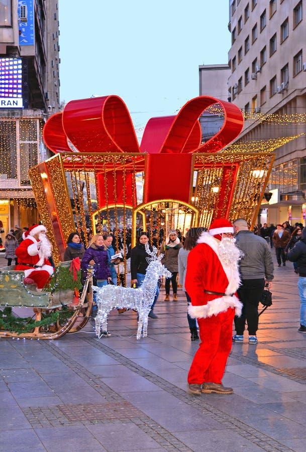 Foule de BELGRADE, SERBIE des personnes et des décorations de Noël dans la rue et la Santa Claus de Knez Mihailova Le s le plus c photos stock