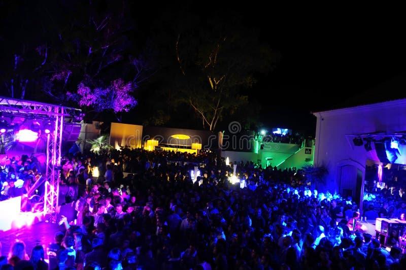 Foule de boîte de nuit, dehors soirée dansante, éloge, danse et amusement de avoir photographie stock libre de droits